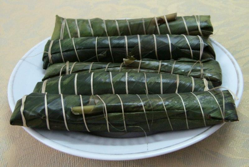 Small steamed rice cake wrapped with leaves